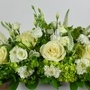 Hortensia vert, roses blanches, lisianthus blanc, scabieuse blanche et veronica blanche